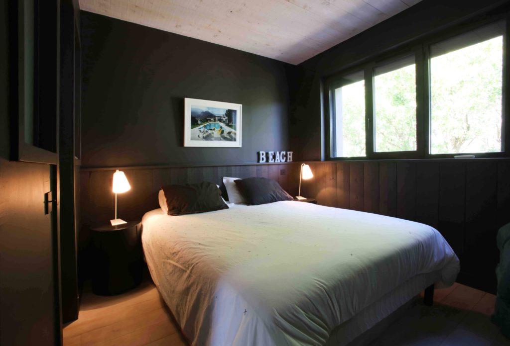 chambre rénové ton chaud au Cap Ferret